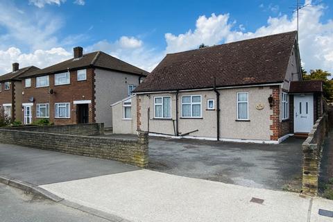 3 bedroom detached bungalow to rent - Dickens Avenue, Uxbridge UB8
