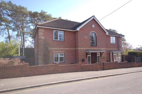 3 bedroom detached house to rent - Station Approach, Sway, Hampshire, SO41 6BA