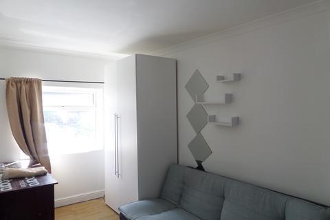6 bedroom end of terrace house for sale - Wellington Road, Bedfont, Feltham