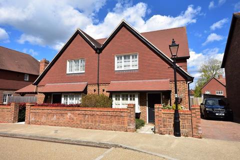 3 bedroom semi-detached house for sale - Burnham Square, Alton