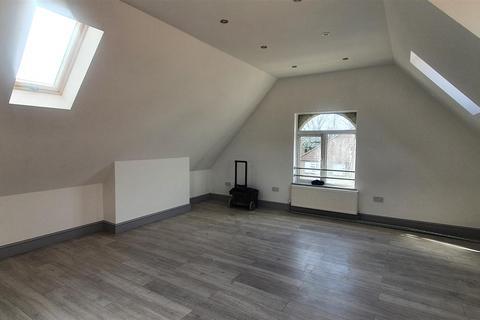 Studio to rent - Beaconsfield Road, London