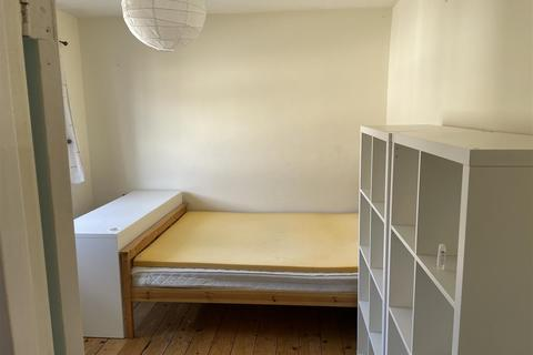 1 bedroom in a house share to rent - Gibson Close, London