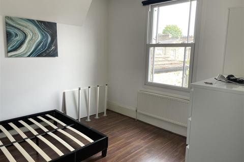 1 bedroom in a house share to rent - Cephas Street, London