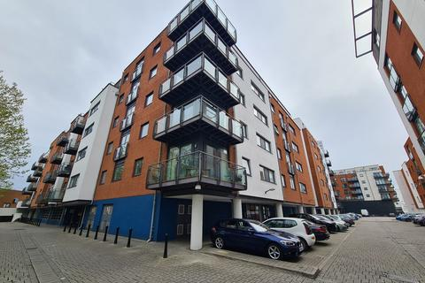 2 bedroom flat to rent - Channel Way, Ocean Village
