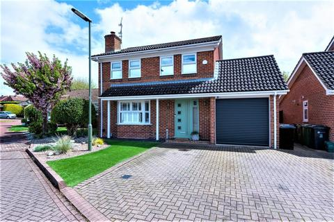 4 bedroom detached house for sale - The Gardens, Tongham