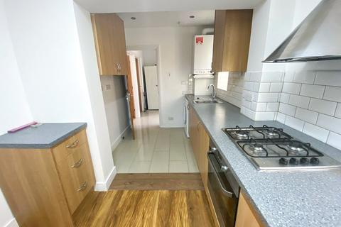 4 bedroom flat to rent - North Road, Southall, Greater London UB1