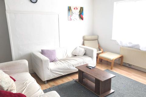 4 bedroom detached house to rent - Lansbury Avenue, London N18