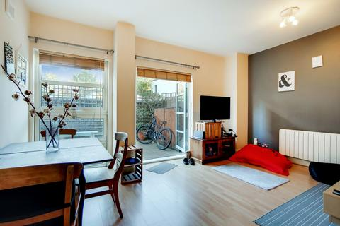 2 bedroom flat for sale - Rivers House, Aitman Drive, Brentford, Greater London TW8