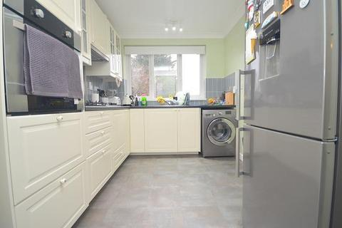 2 bedroom flat to rent - South Street, Romford, RM1