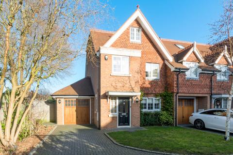 4 bedroom semi-detached house to rent - Millers Close, Hersham