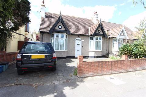 3 bedroom bungalow for sale - Gyllyngdune Gardens, Seven Kings, Essex, IG3