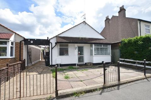 2 bedroom detached bungalow for sale - Swan Road, Hanworth, Middlesex, TW13