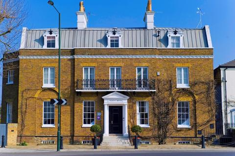 Apartment to rent - Hampton Court Road, East Molesey