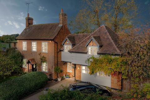 5 bedroom farm house for sale - Abbey Chase Farmhouse, Abbey Chase, Bridge Road, Chertsey KT16 8JW