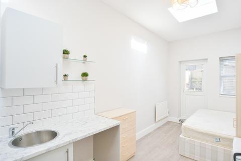 Studio to rent - Amhurst Road, London N16