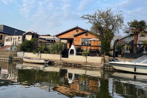 3 bedroom chalet for sale - The Island, Thames Ditton