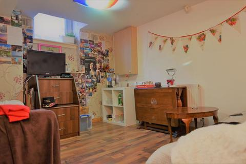 1 bedroom in a house share to rent - 12 John Street