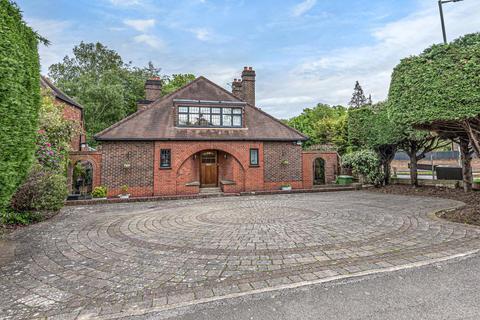 4 bedroom detached house for sale - Manor Way, Beckenham