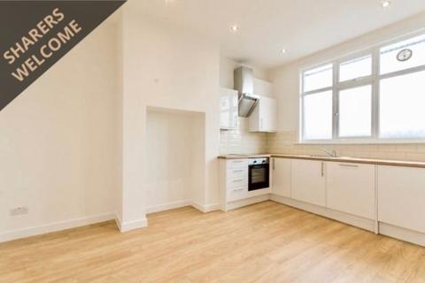 4 bedroom apartment to rent - Green Lanes, London, N13