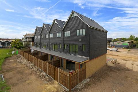 4 bedroom terraced house for sale - Waterside Close, Faversham