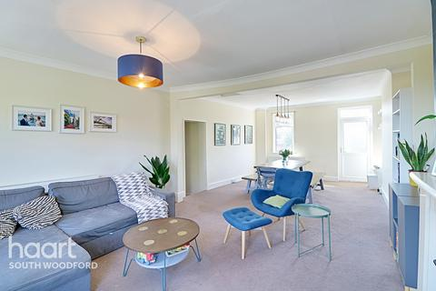 3 bedroom flat for sale - High Road, South Woodford, London, E18