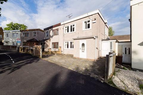 3 bedroom semi-detached house for sale - Colne Drive, Romford