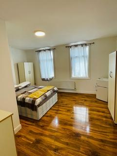 1 bedroom in a flat share to rent - Lewisham High Street, SE13