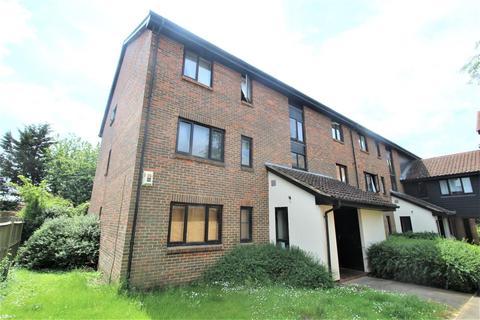 Studio to rent - Deerhurst Close, Feltham