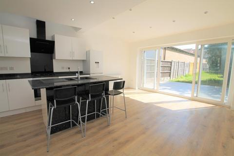 4 bedroom end of terrace house to rent - Chestnut Grove, Staines-upon-Thames