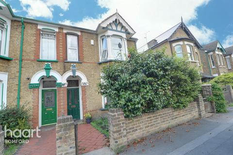 3 bedroom semi-detached house for sale - Princes Road, Romford