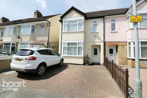 3 bedroom end of terrace house for sale - Knightsbridge Gardens, Romford