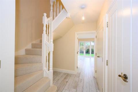 2 bedroom semi-detached house for sale - Avery Drive, Horsham