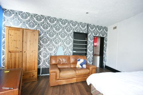 Studio to rent - Ellacombe Road, Torquay TQ1