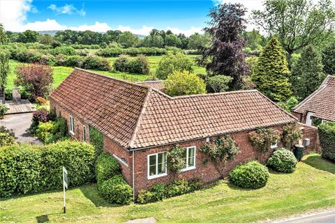 4 bedroom detached bungalow for sale - The Old Barn, 72 Town Street, Old Malton, Malton, North Yorkshire, YO17 7HD