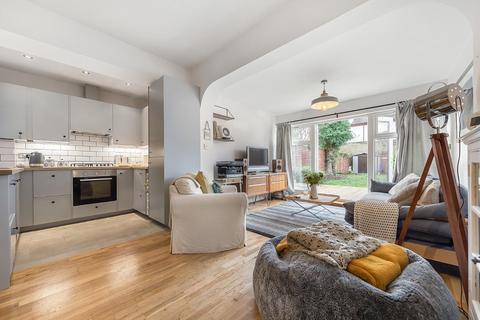 3 bedroom flat for sale - Drewstead Road, SW16