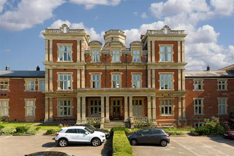 3 bedroom apartment for sale - Royal Earlswood Park, Redhill
