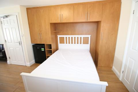 House share to rent - Burnham Gardens, HOUNSLOW, Greater London, TW4