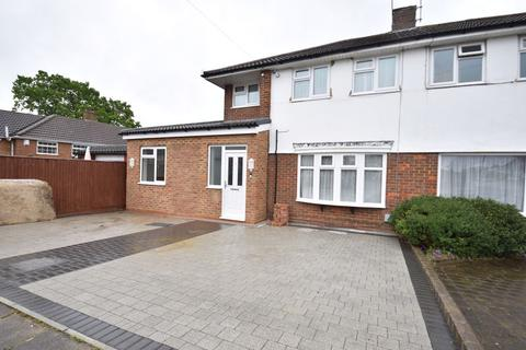 3 bedroom property to rent - Swasedale Road, Luton