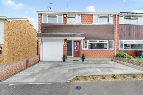 4 bedroom semi-detached house for sale - Briar Close, Hockley
