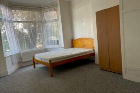 Studio to rent - Caithness Road, Mitcham, CR4