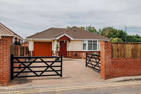 2 bedroom detached bungalow for sale - Iford Gardens, Iford