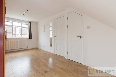 Flat share to rent - Braemar Avenue, Neasden, London NW10