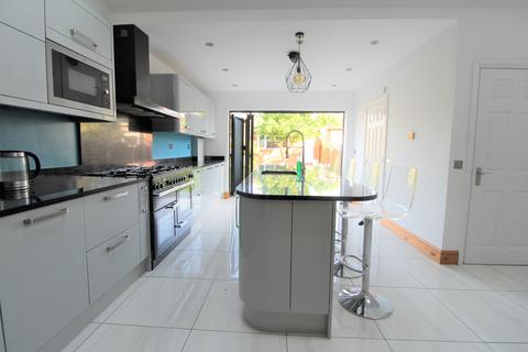 3 bedroom terraced house to rent - Byron Avenue, London, E12