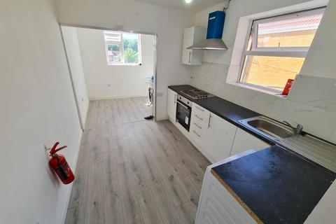 2 bedroom property to rent - King Street, Southall