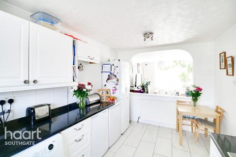 2 bedroom maisonette for sale - Chase Road, London