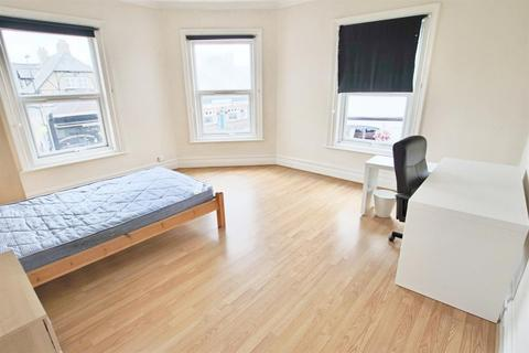 4 bedroom flat to rent - 4 Bedroom Flat   Portswood   Available 16th September 2021