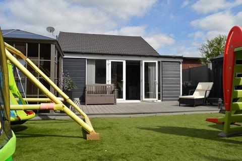 2 bedroom bungalow for sale - Pennine Avenue, Chadderton, Oldham, Greater Manchester