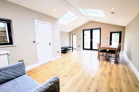 4 bedroom flat to rent - Durnsford Road, Wimbledon Park, London, SW19 8DZ