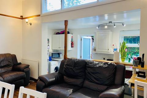 2 bedroom terraced house to rent - Woolmer Road , London N18
