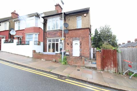 3 bedroom semi-detached house for sale - CHAIN FREE on Ashburnham Road, Luton
